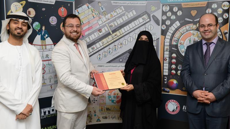 الدكتور محمد ومدربي الدورة يوزعون شهادات الدورة على المتدربين
