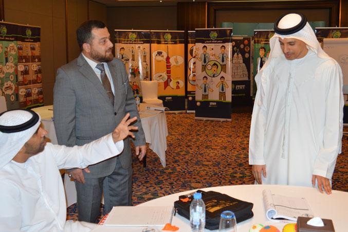 متابعة الدكتور محمد للعروض والنقاشات بين المتدربين