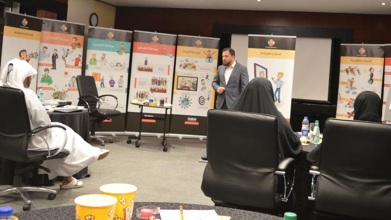 المدرب محمد أثناء شرح أحد محاور الدورة