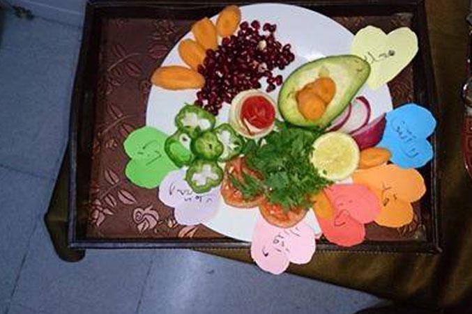 طبق من الخضراوات والفاكهة المقترنة بعملية التعلم في الدورة