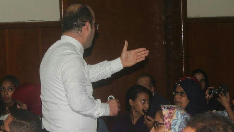 المدرب عادل يوجه سؤال لأحد المشاركين في الأمسية