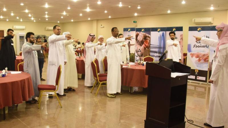 المدرب عبد الرحمن وتنفيذه مع المتدربين لأحد التمرينات