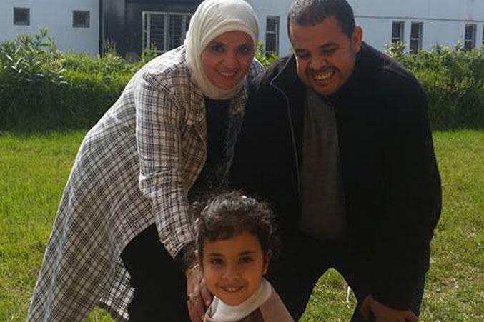 صورة المدربة وزوجها وكريمتهم إيمان في حديقة الكلية
