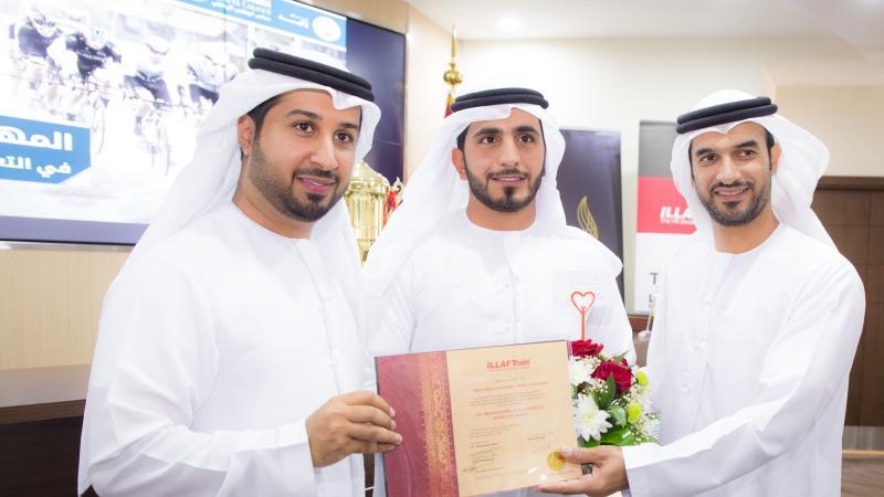 المدرب الإعلامي فيصل بن حريز مشاركا المتدربين فرحتهم بتحقيق الإنجاز.