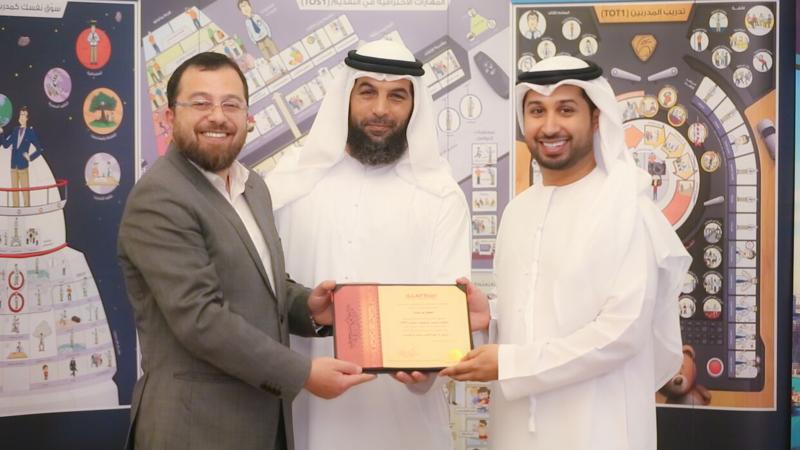الدكتور محمد والمدرب فيصل والاستاذ سالم في حفل الختام وتوزيع الشهادات