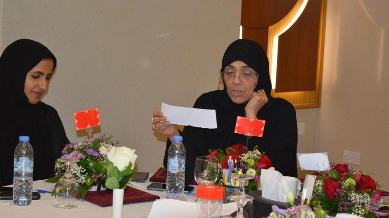 إحدى المتدربات أثناء قراءة  البطاقات في حفل الختام