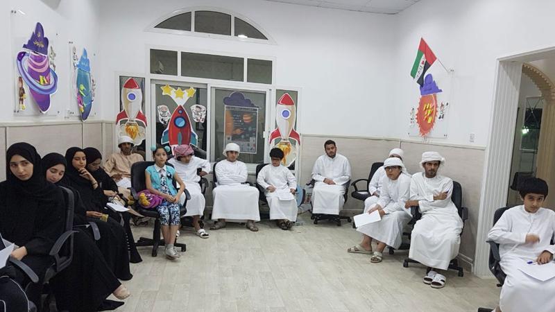 اهتمام وتركيز على شرح المدرب من قبل المشاركين في الدورة
