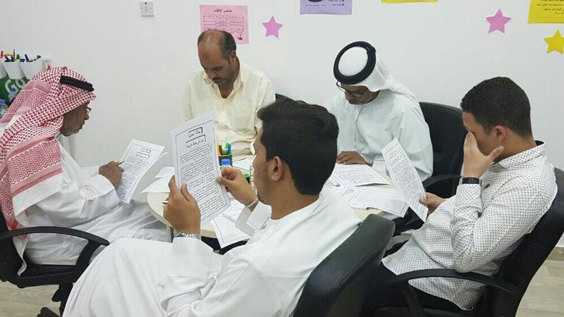 المتدربون يقرؤون النسخة النظرية مما تم شرحه لهم