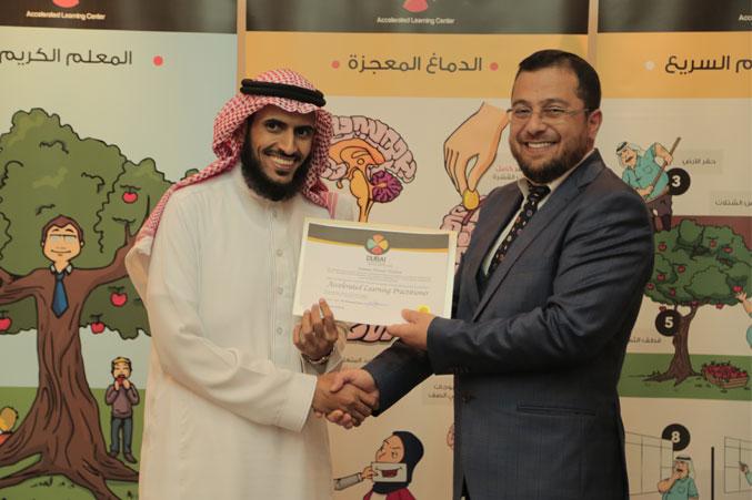 الدكتور محمد يسلم أحد المتدربين شهادة الدورة
