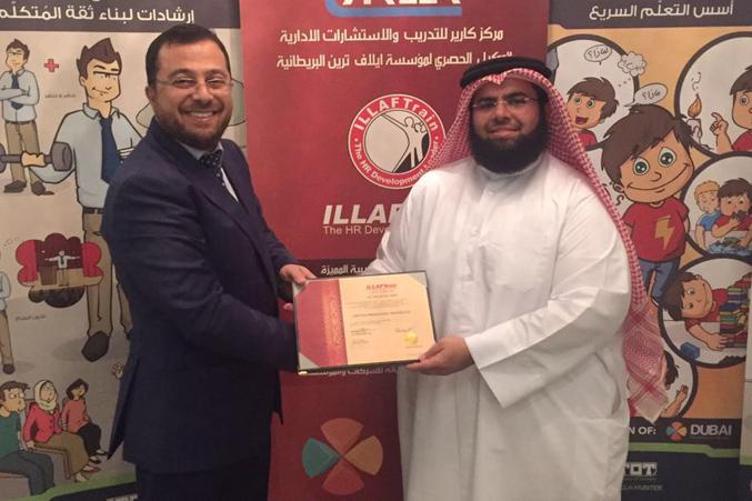 الدكتور محمد بدرة وتوزيع الشهادات على المتدربين