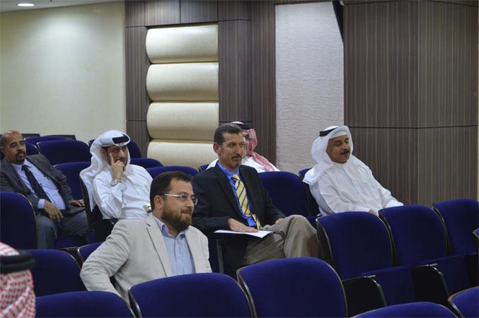الدكتور محمد أثناء العروض التدريبية وتقويم الأداء