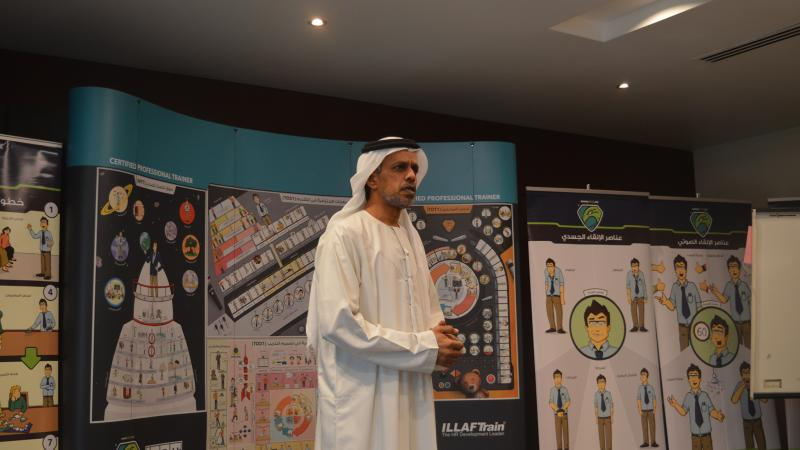 السيد عبد العزيز العلي أثناء تقديم عرضه التدريبي