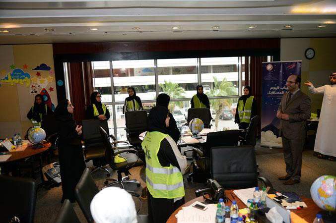المدرب أول ماجد والمدرب أول عادل عبادي يشاركان المتدربون تنفيذ التمرينات