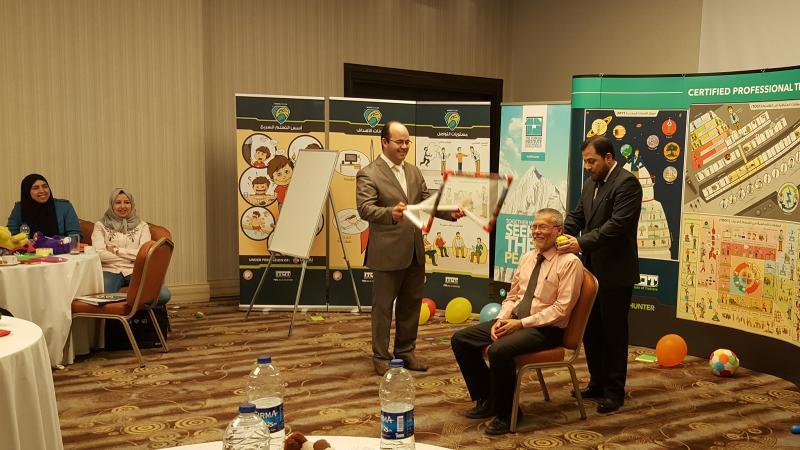 الدكتور محمد بدرة والمدرب أول عادل عبادي أثناء الشرح