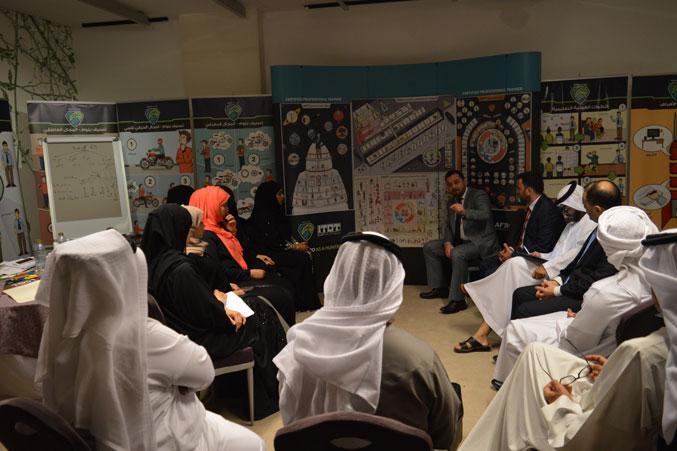 الدكتور محمد بدرة أثناء إجراء المراجعة للمعلومات