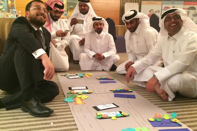 الدكتور محمد ومجموعة من المتدربين أثناء تنفيذ التمرينات ومتعة الانجاز بادية على محيا الجميع