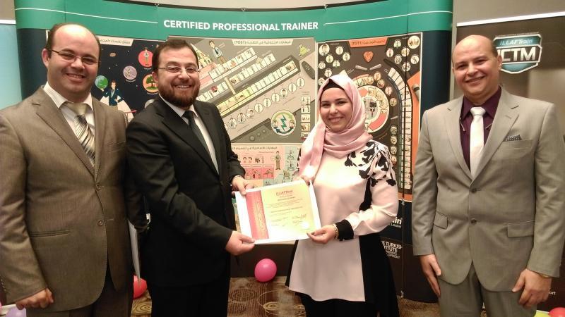 الدكتور محمد يسلم المتدربة إيمان منلا أحمد شهادة دورة دبلوم مدرب محترف معتمد