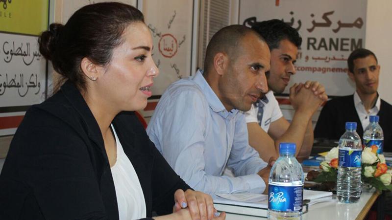 مشاركة المتدربين في طرح الأسئلة والنقاشات الجارية أثناء الدورة