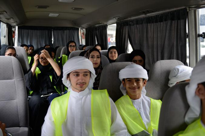 صورة من داخل الحافلة التي تقل المتدربين إلى المركز