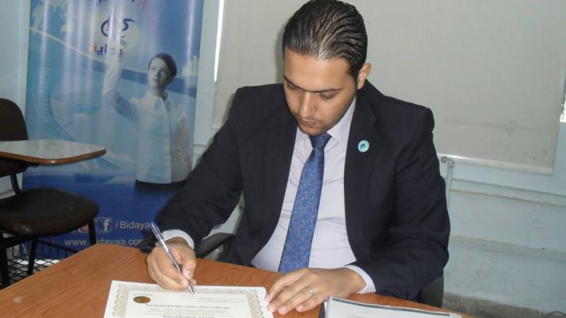 أثناء توقيع المدرب على شهادات الدورة