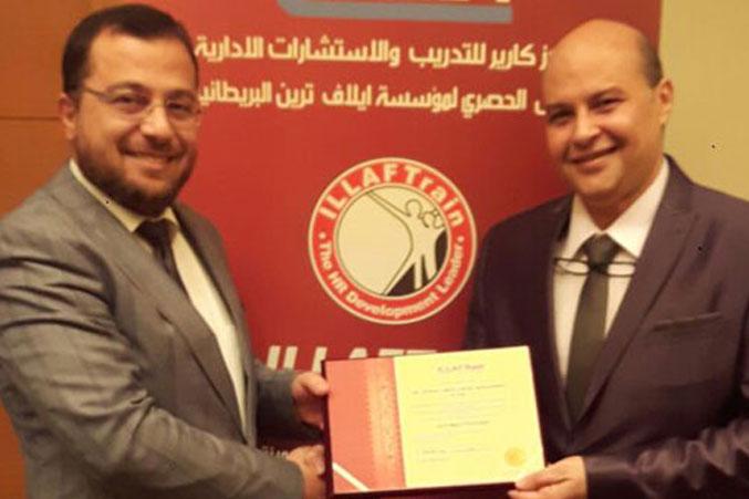 الدكتور محمد يسلم شهادة الدورة للمدرب أحمد عبد المطي النوري
