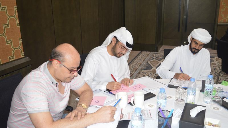 تقسيم المتدربين إلى مجموعات والعمل معا على تنفيذ التمرينات وتطبيقاتها