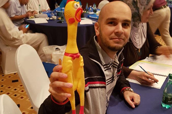 المدرب يوسف دوارة وإحدى الألعاب المستخدمة في الدورة