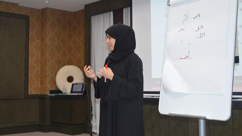 إحدى المتدربات أثناء تقديم عرضها التدريبي وتنفيذ التمرينات