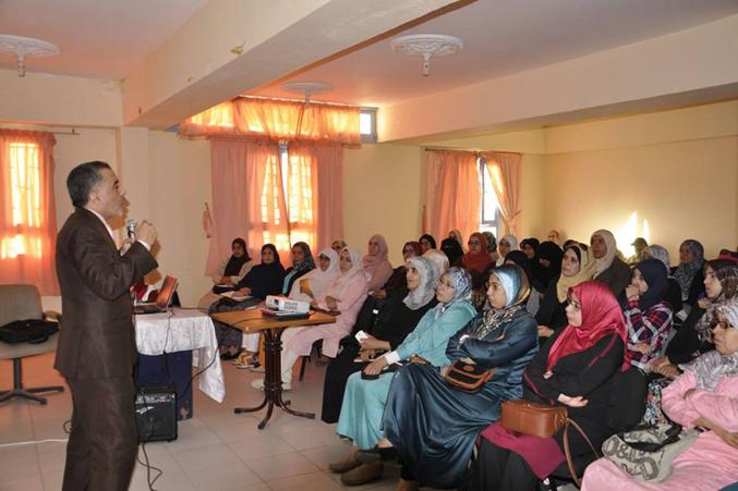 المدرب عبد الله أدالكاهية يشرح للحاضرين