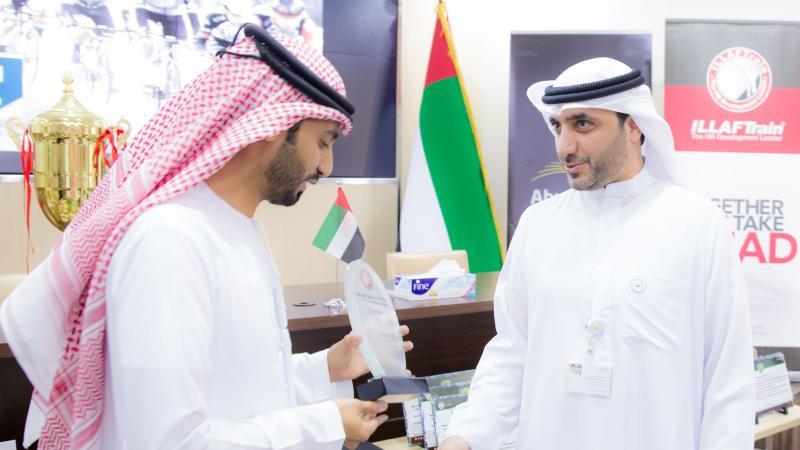 المدرب الخبير ماجد بن عفيف مدير إيلاف ترين الإمارات أثناء تقديم درع الشكر والتقدير.