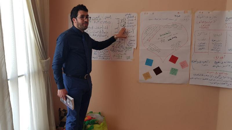 المدرب محمود أثناء تقديمه العرض التدريبي
