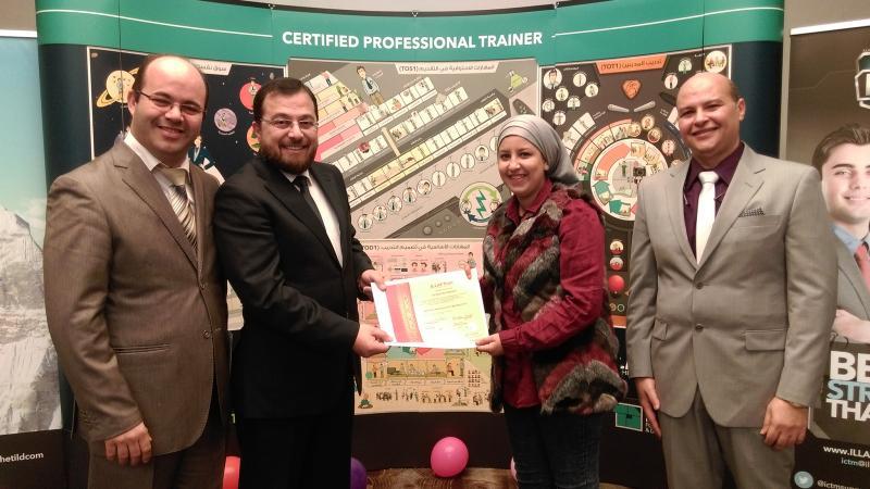الدكتور محمد يسلم المتدربة خديجة بلبركة شهادة دورة دبلوم مدرب محترف معتمد