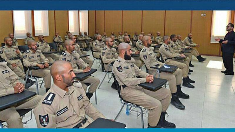 كلية الشرطة في الدوحة تستضيف المدرب أول آري أزاباني في دورة التأهيل القيادي.