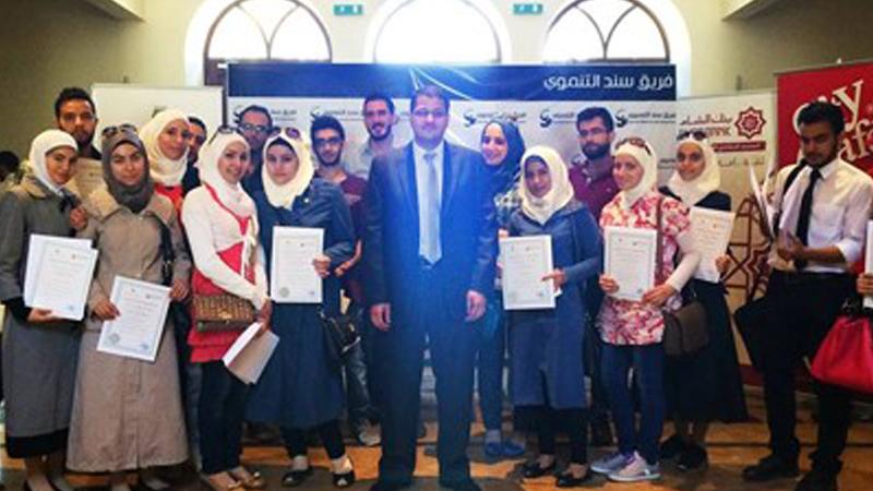 ضمن قاعة رئاسة جامعة دمشق، توزيع شهادات دورة التحليل المالي للمؤسسات مع المدرب أول د.علاء صالحاني.