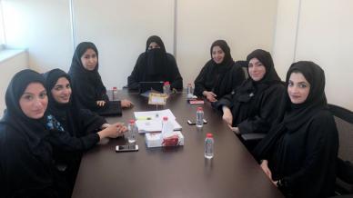 المدربة الأولى (Master trainer) نادية المهيري في اجتماع مع مسؤولي إدارة الموارد البشرية في وزارة الصحة