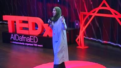 المدربة إحسان بدر تتحدث عن تجربتها في مؤتمر تيدكس التعليمي